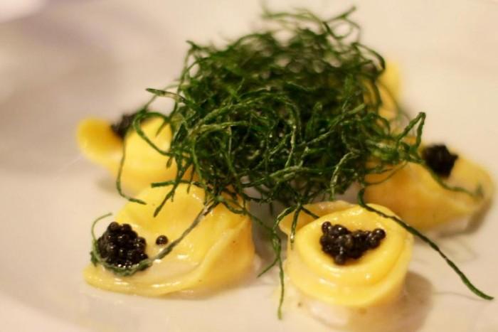 Quinzi&Gabrieli, tortelli ripieni di burrata con agretti e perle di caviale