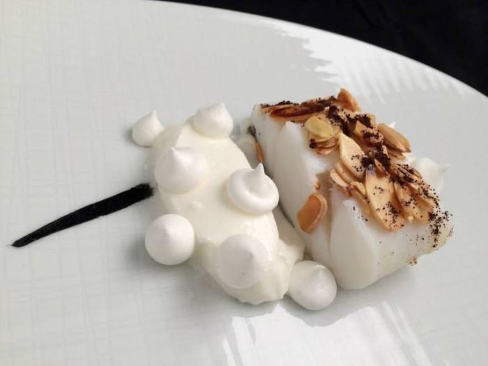 Rettangolo di baccalà cotto con latte di mandorla su nero di seppia