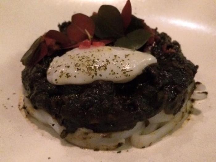 Saturne, calamaro crudo, in ragout con olive, il suo nero e origano; e in crema