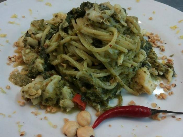 Spaghetto scanalato Voiello con baccalà, friarielli e nocciole