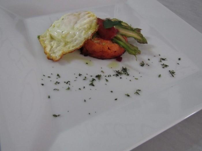 Uovo all'occhio di bue con crema al pomodoro e listelli di asparagi
