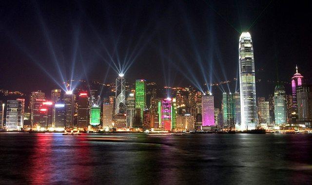 lo skyline di Hong Kong - immagine tratta da www.hongwrong.com