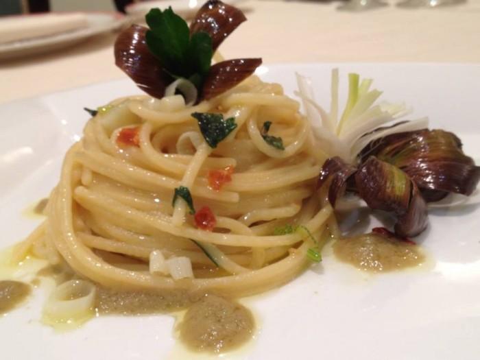 vermicelli aglio fresco, olio e peperoncino con carciofo arrostito