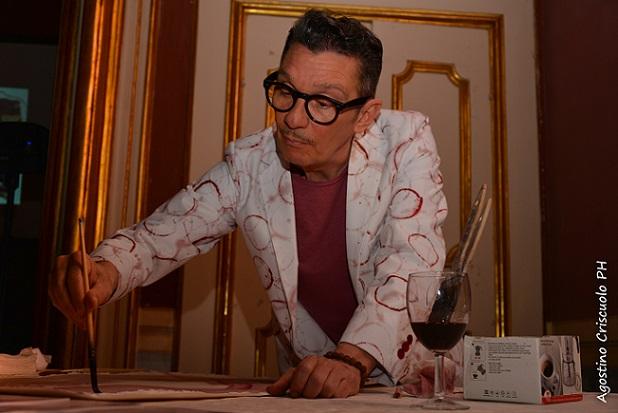 L'artista Miky Degni alle prese con la sua opera dipinta con vino tintore