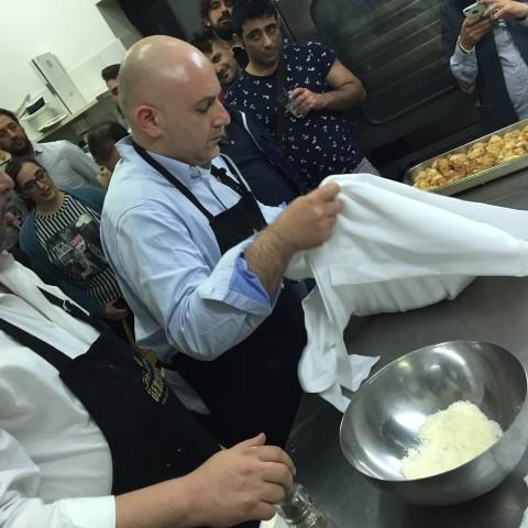 Albert Sapere prepara lo spaghetto cacio e pepe alla Salvatore Tassa
