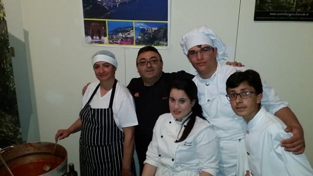 Lo staff dell'Osteria Reale di Tramonti, propone un crostone di tradizione