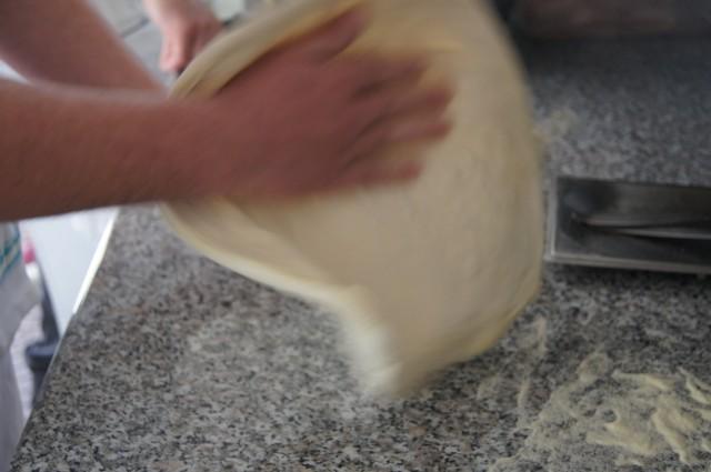 Allievo nella preparazione della pizza