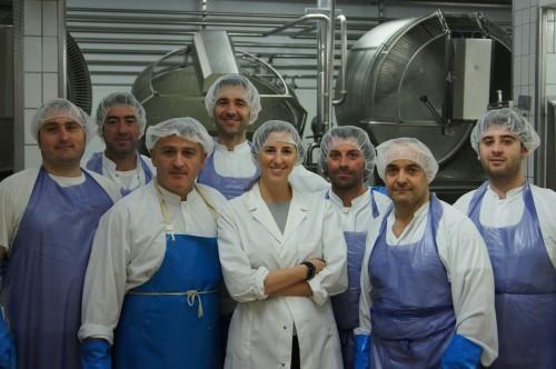 Caseificio Mandara, parte degli operatori della produzione con Silvia Mandara
