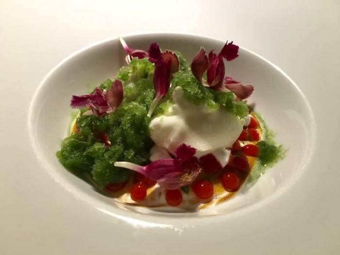 El Coq, gelato alla viola e tapioca alla fragola con granita di crescione e chartreuse