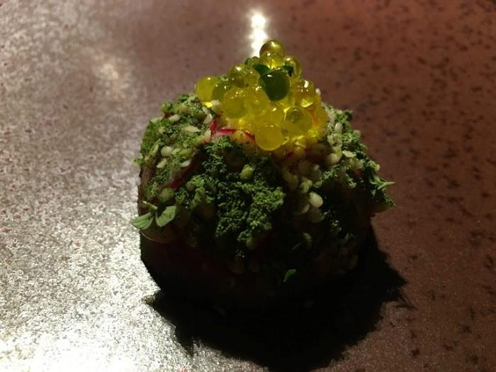 El Coq, rubia Gallega in tartare con centriolo, ravanelli, semi di canapa e sfere di olio