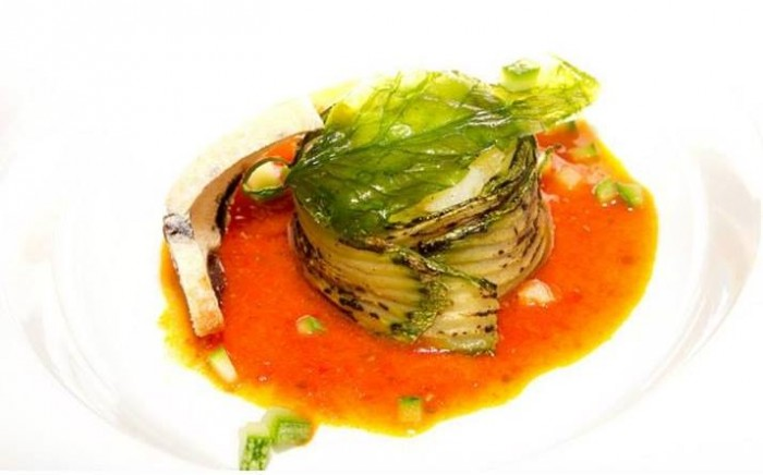 Gallinella patate e provola di bufala fasciati alle zucchine su salsa di pomodoro