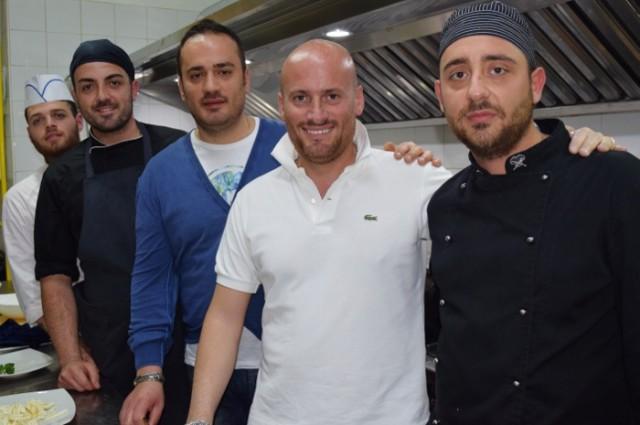 Lo chef Filippo Esposito con la sua brigata e con i titolari Giuseppe e Ciro Di Meglio