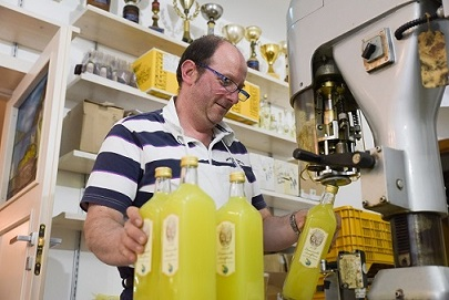 Marco Aceto e l'imbottigliamento del limoncello