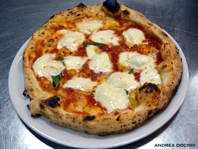 Pizzeria Telos.16 a Cimitile. La margherita con mozzarella di bufala