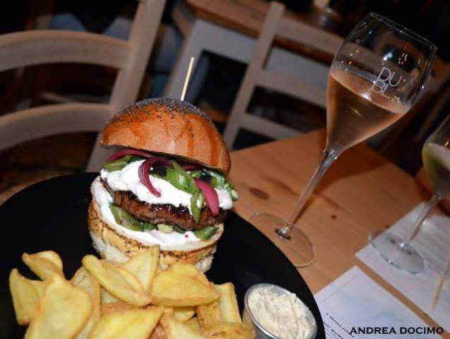 Public House-Burger Gourmet ft. Domenico Iavarone. Il panino Terra Mia con il Brut Rosé DUBL dei Feudi di San Gregorio