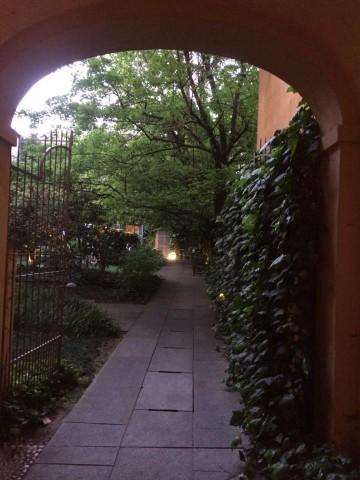 Caffe' Arti e Mestieri, l'ingresso del cortile