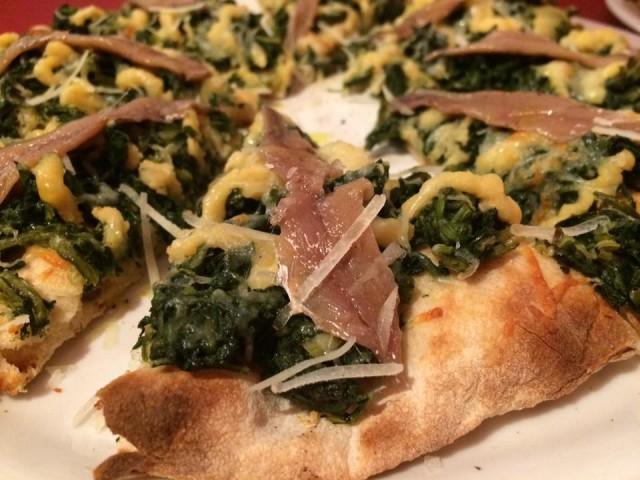 In Fucina, pizza con cicorietta selvatica, crema di ceci e alici di Cetara