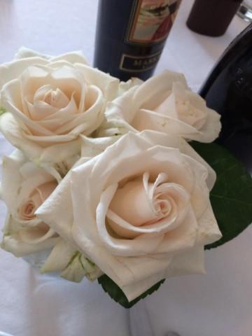Il Ghiottone, rose bianche sui tavoli
