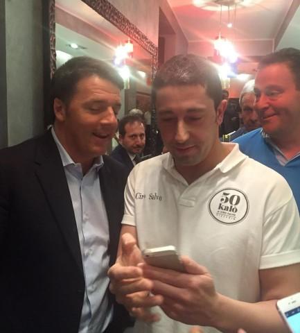 Ciro Salvo con Renzi nella sua pizzeria 50 Kalò