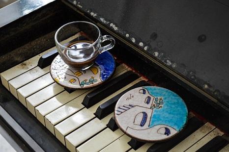 Tazzine di caffeÌ con piattino di ceramica