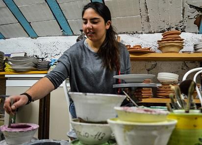 Ada mentre dipinge nella sua soffitta