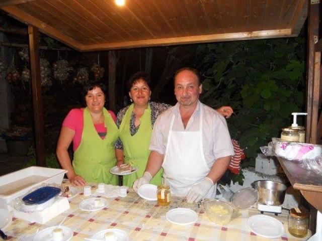 ANNA DORA CAMPANILE - La titolare al centro con suo marito, a destra
