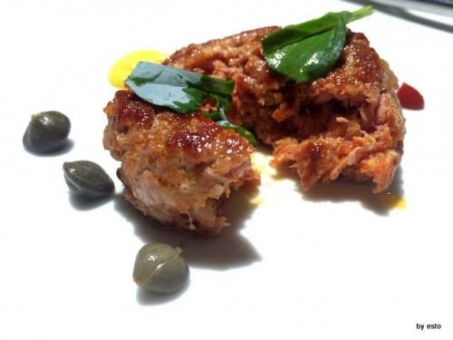 Antica Osteria Marconi a Potenza. Burger di agnello alla piastra con salsa olandese, capperi e peperone di Senise liquido
