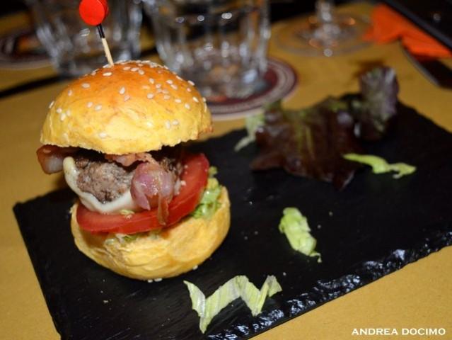 B-Zone & La Taverna di Bacco. Il Panino di Cristiano con Teo Musso. Il B-ZONE CLASSIC mini