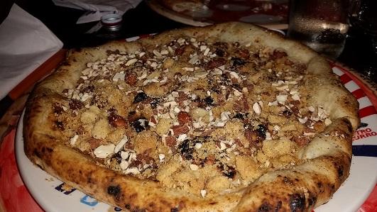 GINO SORBILLO, La pizza Tarallo con sugna, pepe, mandorle e tarallo napoletano sbriciolato