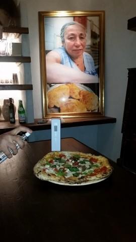 GINO SORBILLO, La pizza Amalfitana con Fior di Latte, pomodoro del pendolo, alici di Cetara ed acqua di mare nebulizzata
