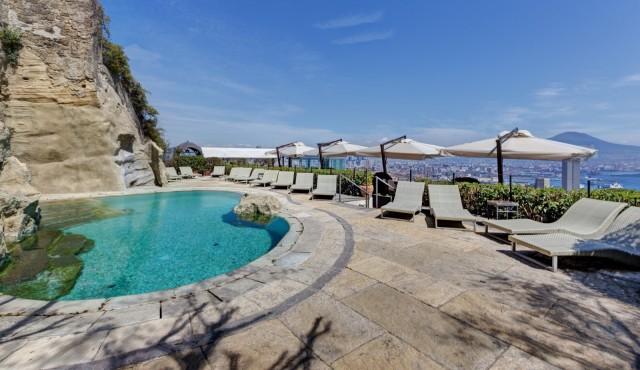Al settimo piano, scavata nel tufo, la piscina da sogno, quiete e relax in ogni momento del giorno.