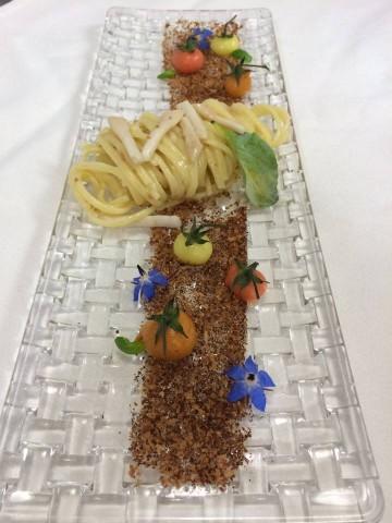 Tagliatelli di Gragnano cotti in acqua di pomodoro del Furore su crema di tartufi di mare e crudo di cannolicchi
