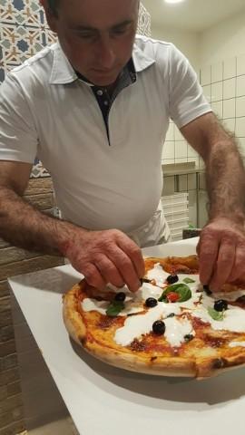 PINETA, Il pizzaiolo Gianfranco alle prese con la pizza