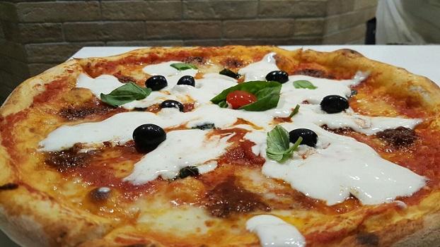 PINETA, Pizza Calabrese con stracciata di bufala e nduja