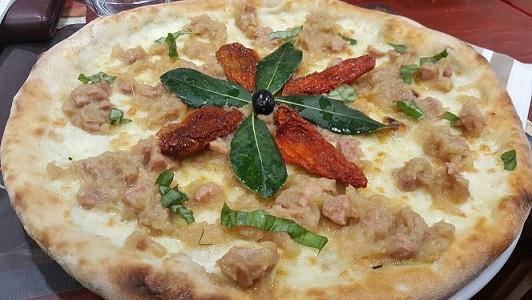 PINETA, Pizza Janara Furitana con genovese di tonno