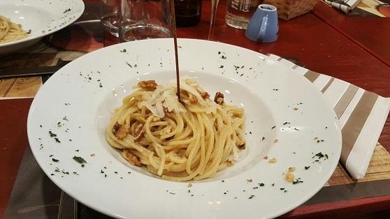 PINETA, Spaghettoni alla conventuale con alici, noci e provolone del monaco