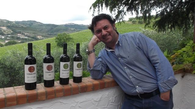 Paolo Verrone con i suoi vini