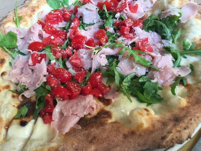 Pizzeria di Napoli, pizza prosciutto cotto, pomodorini e rucola