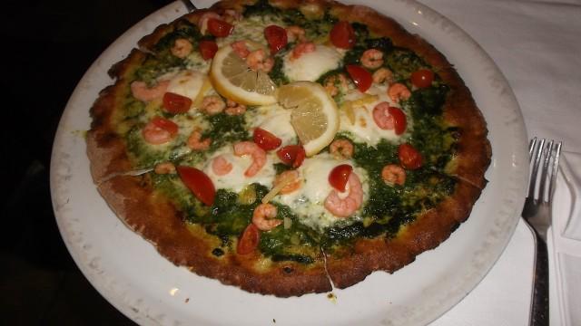 Ristorante Pizzeria Grotta Azzurra Pizza Bellavista con mozzarella di bufala, rucola, gamberetti e grattugiata di limoni della Costa d'Amalfi