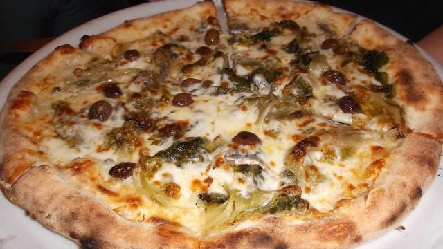 Ristorante Pizzeria GrottaAzzurra Pizza bianca di farina di segale con scarola, acciughe, capperi e olive taggiasche