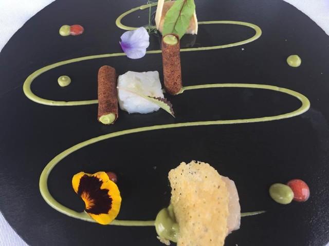 Villa Cimbrone miniburgher di scampo croccante di finto pane, wafer con tartare diricciola, melanzan con crudo di pomodoro
