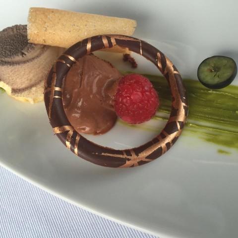 Villa Cimbrone, pre dessert nousse al cioccolato con cuore di lampone