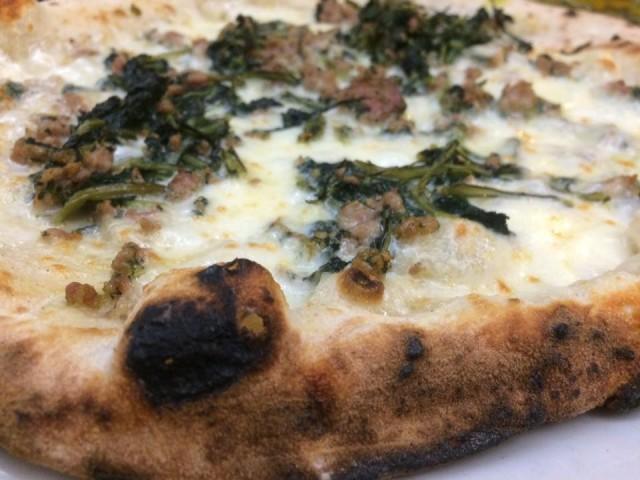 La Gatta Mangiona, zoom sulla pizza verdura e salsiccia