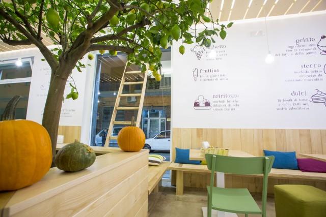 Il locale e il menù a muro