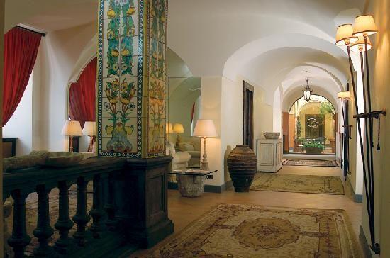 Antiche maioliche in una delle hall dell'albergo