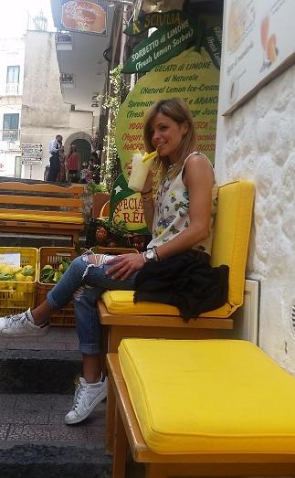 A' SCIULIA - La granita al limone  sulle caratteristiche scale amalfitane