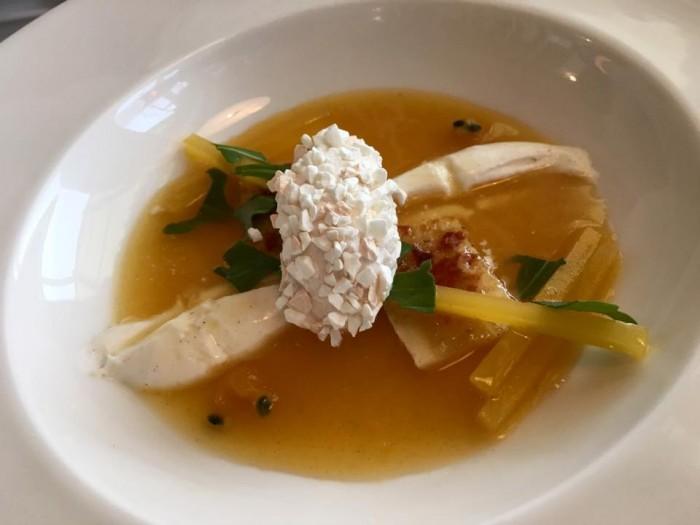 Uliassi Dolce, Zuppa al frutto della passione, gelato di yogurt, pepe rosa e banana caramellata