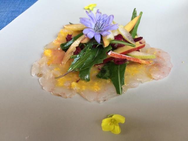 Pietratorcia, battuto di gamberi con insalata agrumata di rucola e noci pesca