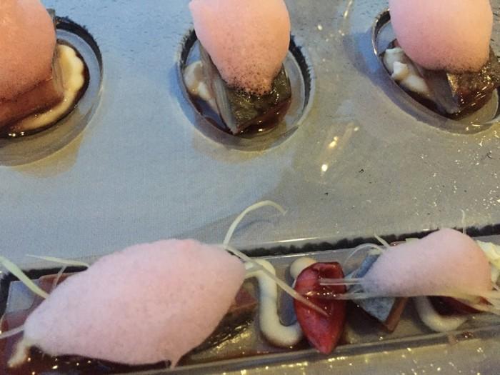 Rosselinis, lo sgombro su marinata di ciliegia servito su crema di cavolfiore bianco, puntarelle, alici