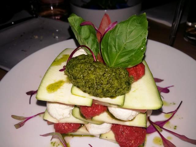 Lasagna di zucchine con salsa di pomodori, pesto e formaggio di macadamia